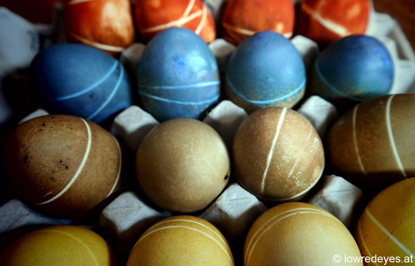 Ostereier mit Naturfarben gefärbt: Schwarztee, Malve, Blaubeeren und Schafgarbe
