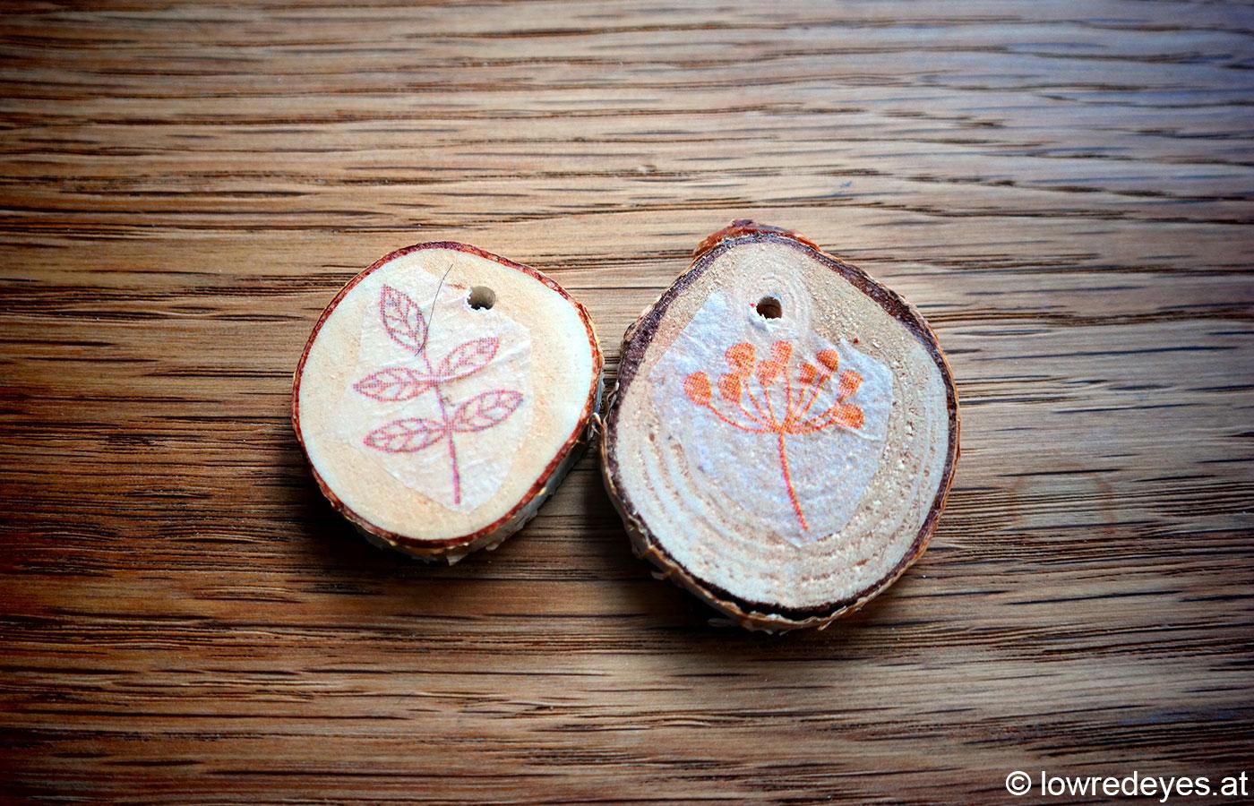 DIY Birkenscheiben-Anhänger mit frühlingshafter Serviettentechnik