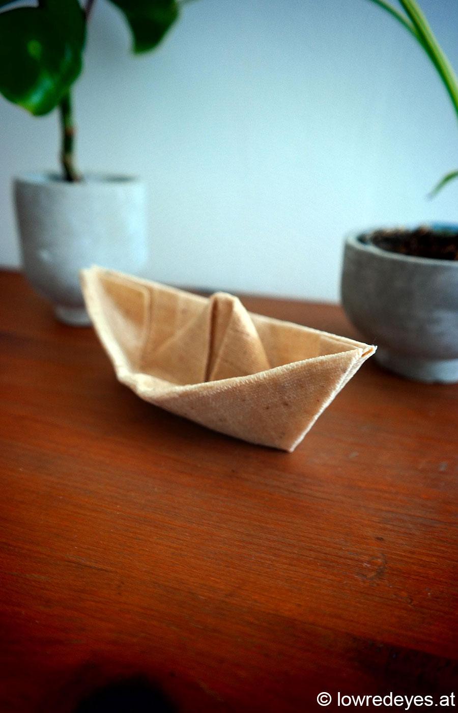 Origami Schiff aus mit Pflanzen gefärbten Bienenwachstüchern