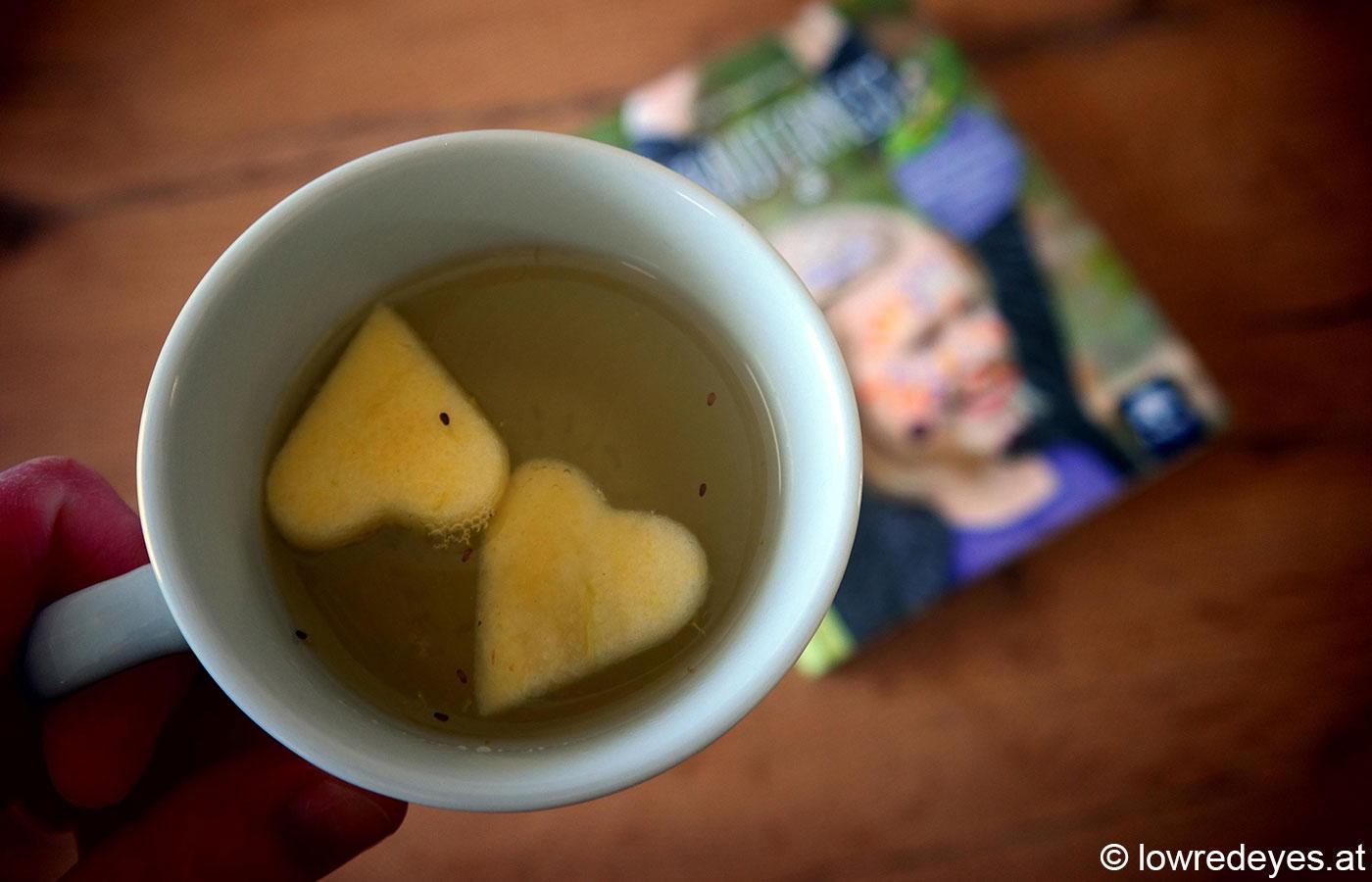 """Rezept: Gute Nacht Tee mit Apfelschalen, Kamille und Zitronenmelisse - Booklove """"Kräuternest"""""""